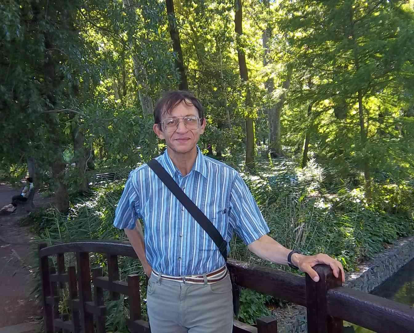 Patrick Huet sur un pont au Parc de la Tête d'or
